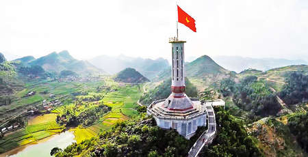 La tour du drapeau de Lung Cu, symbole national sacré à Ha Giang
