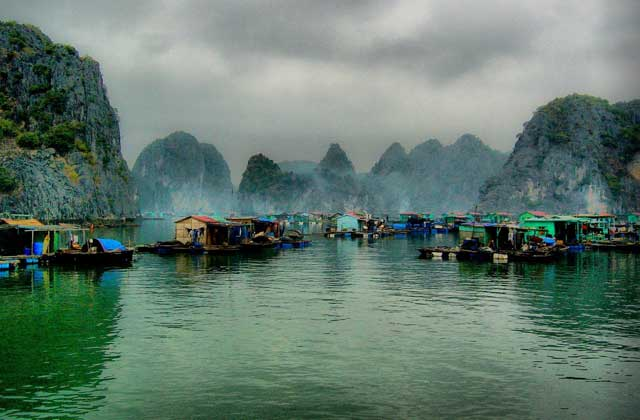 baie ha long village pecheurs cua van