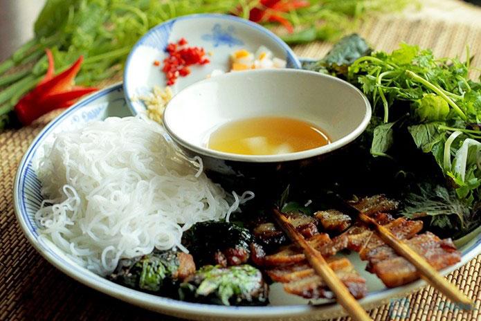 cuisine de rue hanoi marche dong xuan porc grille