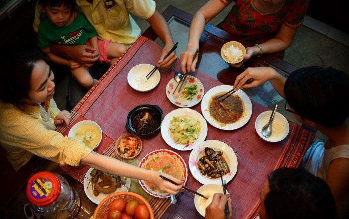 repas familial vietnamien manger par terre