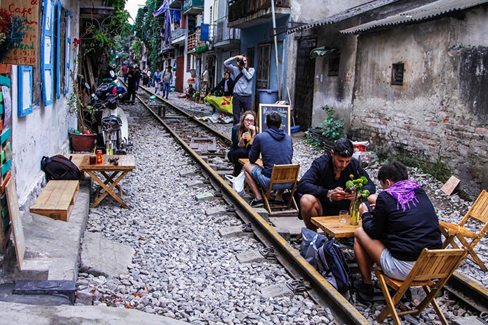 rue du train Hanoi cafe