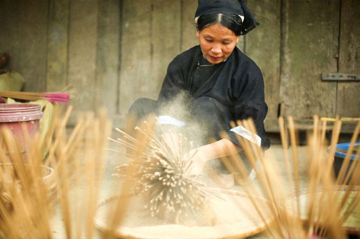 village Phia Thap encens confectionner le bâtonnet