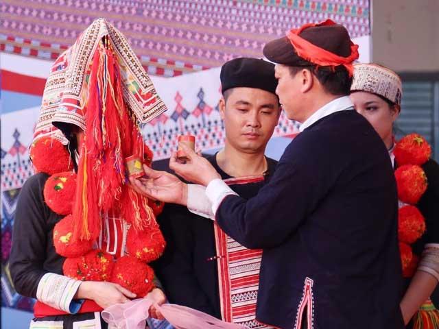 village ta phin mariage dao rouge